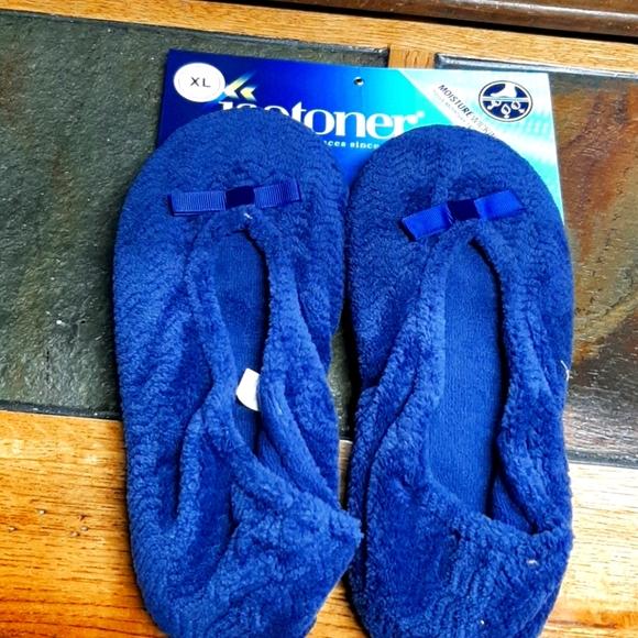 Isotoner  Women's navy slippers moisture waking